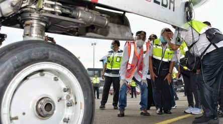 Menteri Perhubungan Budi Karya Sumadi saat melakukan inspeksi keselamatan alias ramp check pesawat d...