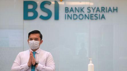 Karyawan memberikan salam kepada nasabah di kantor cabang Bank Syariah Indonesia (BRIS) Jakarta Hasa...
