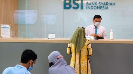 Karyawan melayani nasabah di kantor cabang Bank Syariah Indonesia (BRIS) Jakarta Hasanudin, Jakarta,...