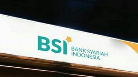 Papan nama PT Bank Syariah Indonesia Tbk (BRIS) atau BSI yang akan menjadi bank syariah terbesar di ...