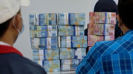 Nasabah melakukan transaksi penarikan uang Rupiah di Jakarta, Kamis, 18 Februari 2021. Foto: Ismail ...