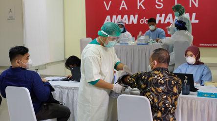 Sejumlah guru menjalani screening sebelum mengikuti vaksinasi tahap II untuk tenaga pendidik, guru, ...
