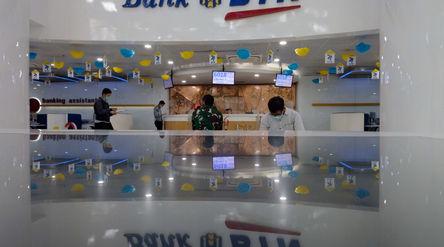 Sejumlah nasabah mengantri untuk bertransaksi di kantor pusat Menara BTN, Gajahmada, Jakarta, Selasa...
