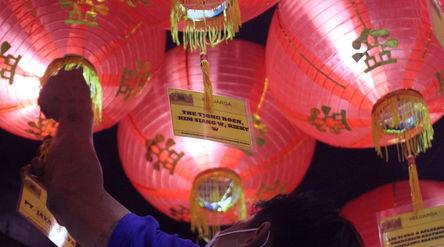 Petugas merapikan lampion pada malam perayaan Tahun Baru Imlek 2572 di Vihara Nimmala Boen San Bio, ...