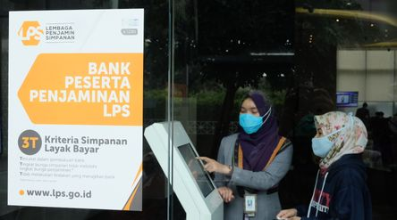 Karyawan berbincang dengan nasabah disalah satu bank di Jakarta, Rabu, 3 Maret 2021. Foto: Ismail Po...