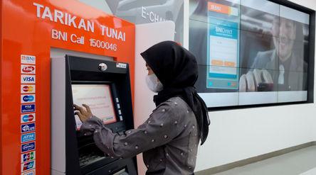 Nasabah melakukan transaksi melalui mesin ATM di gerai BNI Digital Branch Gandaria City, Jakarta, Ka...