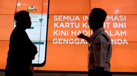 Nasabah mendapatkan penjelasan dari petugas di gerai BNI Digital Branch Gandaria City, Jakarta, Kami...