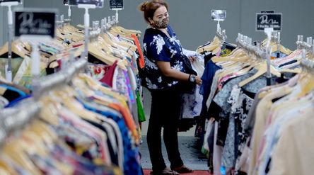 Pengunjung memilih pakaian yang dijual murah di gerai pusat perbelanjaan kawasan Blok M, Kamis, 25 M...