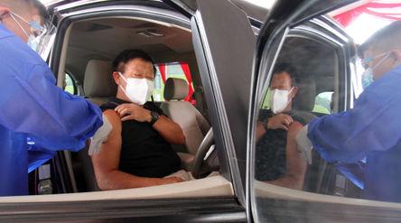 Nampak sejumlah petugas kesehatan tengah melaksanakan kegiatan vaksin di Pos Pelayanan Vaksinasi Dri...