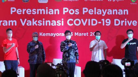 Menteri Kesehatan RI, Budi Gunadi Sadikin (tengah) bersama (kiri-kanan) CEO & Cofounder Halodoc,...