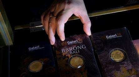 Karyawati menunjukkan emas di gerai Galeri 24 Pegadaian, Jakarta, Senin, 1 Maret 2021. Foto: Ismail ...