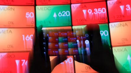 Awak media mengambil gambar layar pergerakan indeks harga saham gabungan (IHSG) di gedung Bursa Efek...