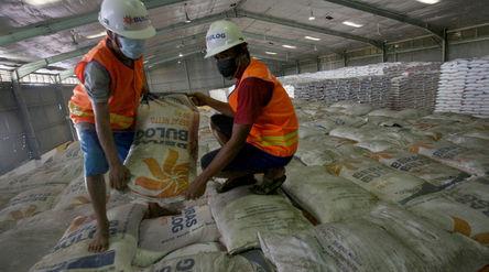 Pekerja menata stok beras di Gudang Bulog Kanwil DKI dan Banten, Kelapa Gading, Jakarta, Kamis, 18 M...