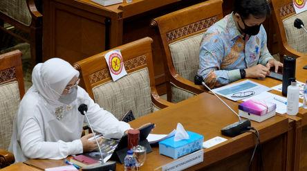 Menteri Ketenagakerjaan, Ida Fauziyah (kiri) dan Menteri Kesehatan, Budi Gunadi(kanan) hadir pada r...