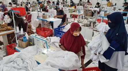 Pekerja menyelesaikan pembuatan mukena di Pabrik Mukena Siti Khadijah, Cinere, Depok , Kamis 15 Apri...