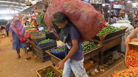 Aktivitas pedagang di kios los sembako Pasar Induk Kramat Jati, Jakarta Timur, Kamis, 15 April 2021....