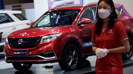 Model berpose di dekat Mobil yang dipajang pada pameran Indonesia International Motor Show (IIMS) Hy...