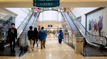 Pengunjung melintas di area Pondok Indah Mall (PIM), Jakarta Selatan, Selasa, 20 April 2021. Foto: I...