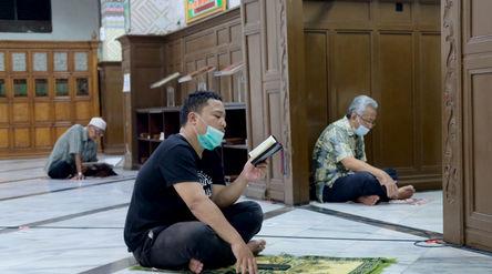 Umat muslim mengisi waktu puasa dengan membaca Al'Quran melalui gawai di Masjid Cut Meutia, Ja...