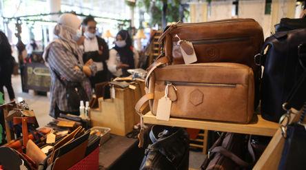 Nampak pengunjung mengamati barang-barang hasil UMKM yang dijual dalam Pameran Gallery Banten,Sabtu ...