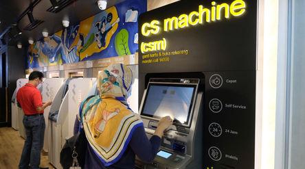 Nasabah mengunakan mesin customer service di gerai Bank Mandiri KCP Senayan City, Jakarta, Selasa, 6...