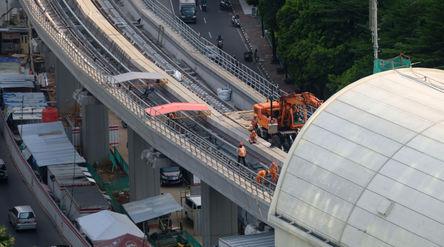 Suasana pengerjaan proyek Light Rail Transit (LRT) di kawasan Jalan Rasuna Said, Kuningan, Jakarta, ...