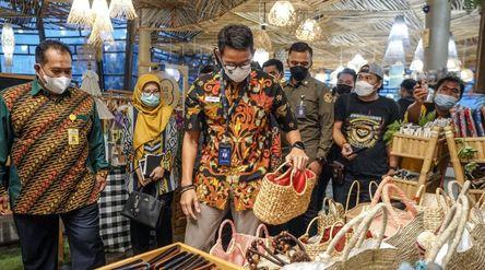 Menteri Pariwisata dan Ekonomi Kreatif Sandiaga Uno ketika melihat produk-produk buatan warga Desa W...