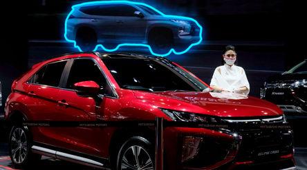 Model berpose di dekat mobil Mitsubishi yang dipamerkan pada ajang Indonesia International Motor Sho...