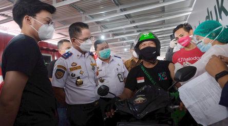 Mitra driver menajalani vaksinasi disaksikan Kepala Dinas Perhubungan DKI Jakarta Syafrin Lupito (ke...