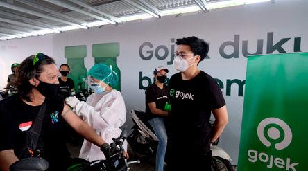 Co-Founder & Co-CEO Gojek Kevin Aluwi meninjau oemberian vaksin untuk mitra driver pada vaksinas...