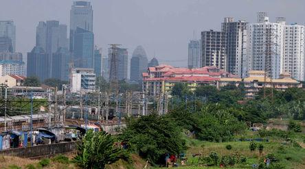 Lanskap gedung bertingkat diambil dari kawasan Tanah Abang, Jakarta, Kamis, 27 Mei 2021. Foto: Ismai...