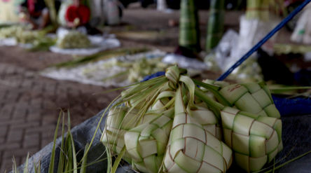 Sejumlah pedagang musiman kulit ketupat menggelar lapaknya di kawasan Pesanggerahan, Jakarta Selatan...