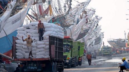 Aktivitas bongkar muat kapal muatan barang di dermaga Pelabuhan Sunda Kelapa, Jakarta, Rabu, 19 Mei ...