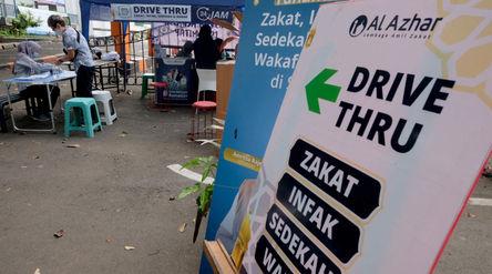Warga membayarzakatdi tenda pelayanan penyaluran zakat fitrah di Masjid Al-Azhar, Jakarta, Rabu, 1...