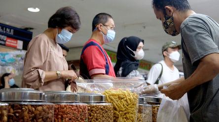 Warga memilih kue kering di kios pedagang Pasar Mayestik, Jakarta Selatan, Senin, 3 Mei 2021. Foto: ...