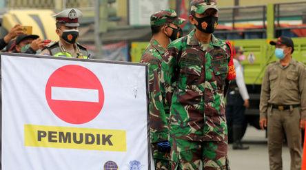 Sejumlah petugas gabung dari Kepolisian,TNI dan aparat terkait tengah melakukan penyekatan di kawasa...