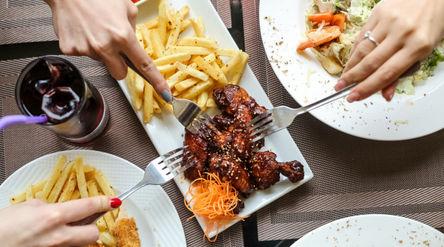 Ilustrasi kebiasaan pemicu kolesterol tinggi/freepik.com\n