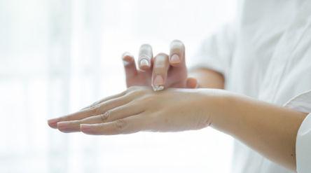 Ilustrasi cara mengatasi kulit kering saat puasa/Freepik.com\n