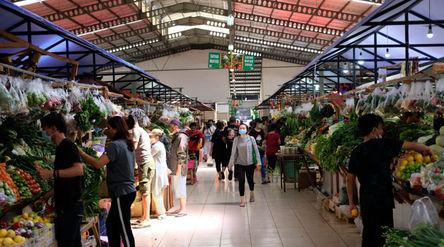 Warga berbelanja di los sayur dan buah  di Pasar Bersih Sentul City, Sentul, Kabupaten Bogor, Jawa B...