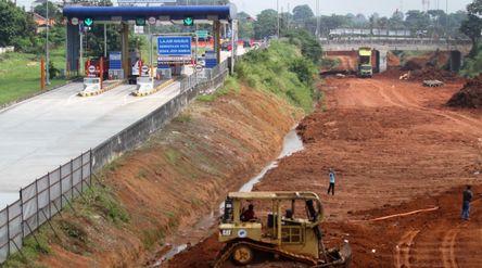 Nampak sejumlah alat berat dan pekerja tengah menyelesaikan proyek tol JORR 2 di kawasan Kukusan Dep...