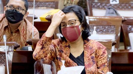 Menteri Keuangan Sri Mulyani Indrawati saat menghadiri rapat kerja dengan komisi XI DPR di komplek P...