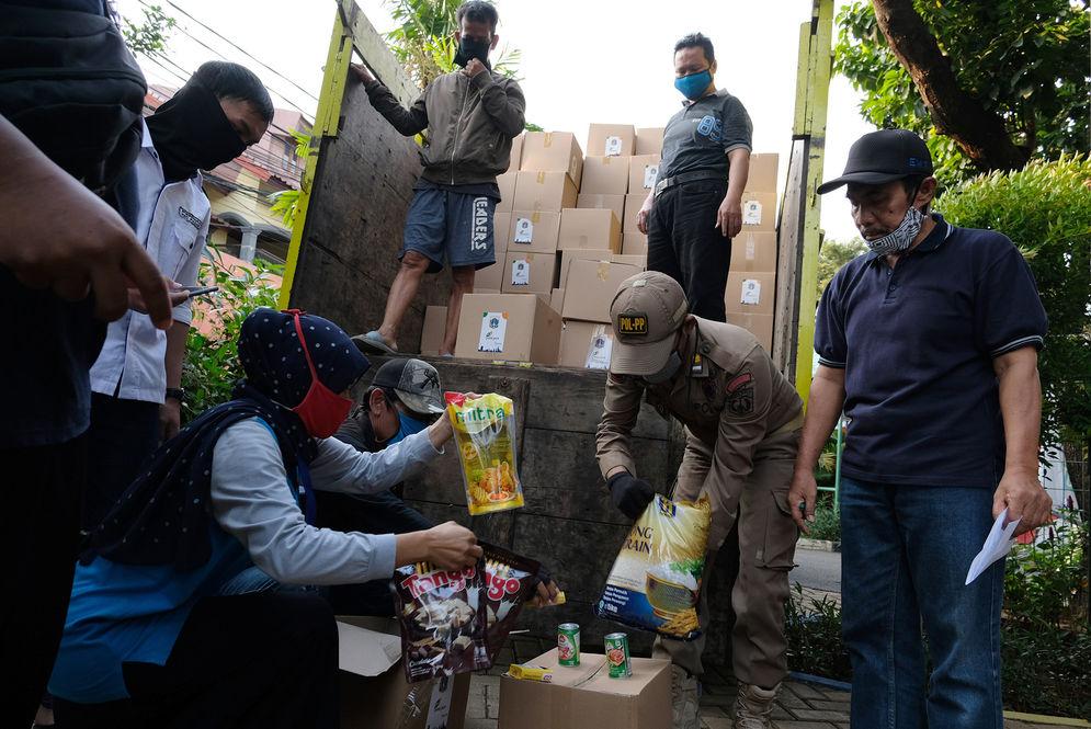 Petugas Kementerian Sosial melakukan pengecekan paket sembako di Jakarta Selatan Rabu 22 April 2020 lalu. Foto: Ismail Pohan/TrenAsia\n