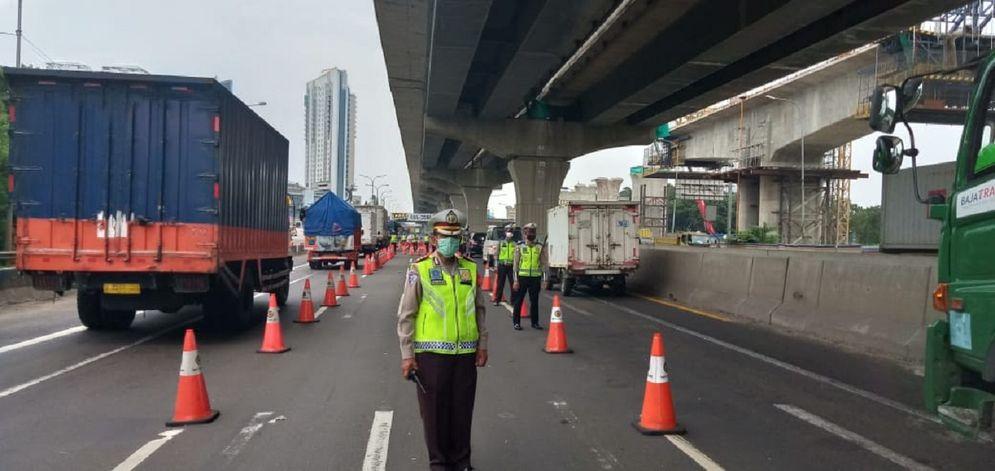 Polda Metro Jaya melakukan penyekatan ruas tol untuk melarang masyarakat mudik. / Twitter @TMCPoldaMetro\n