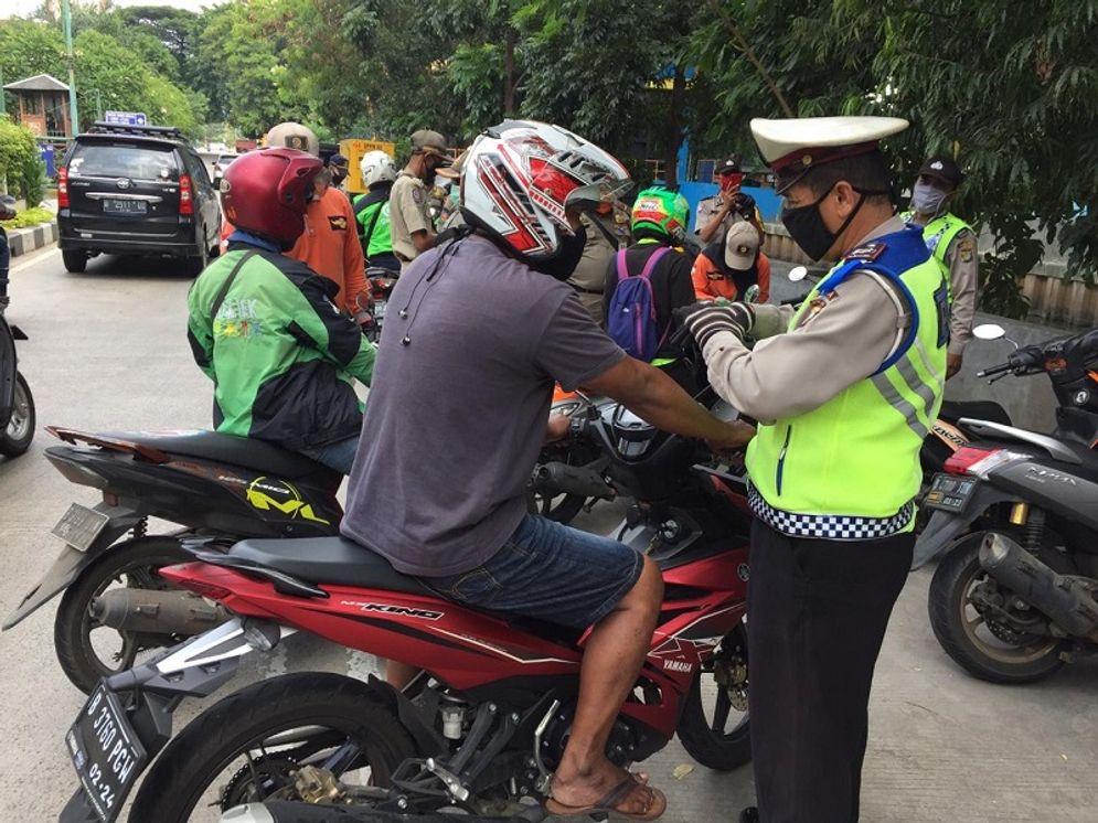 Polda Metro Jaya melakukan razia di beberapa lokasi chek point untuk melarang masyarakat Jakarta bepergian tanpa alasan jelas. / Twitter @TMCPoldaMetro\n