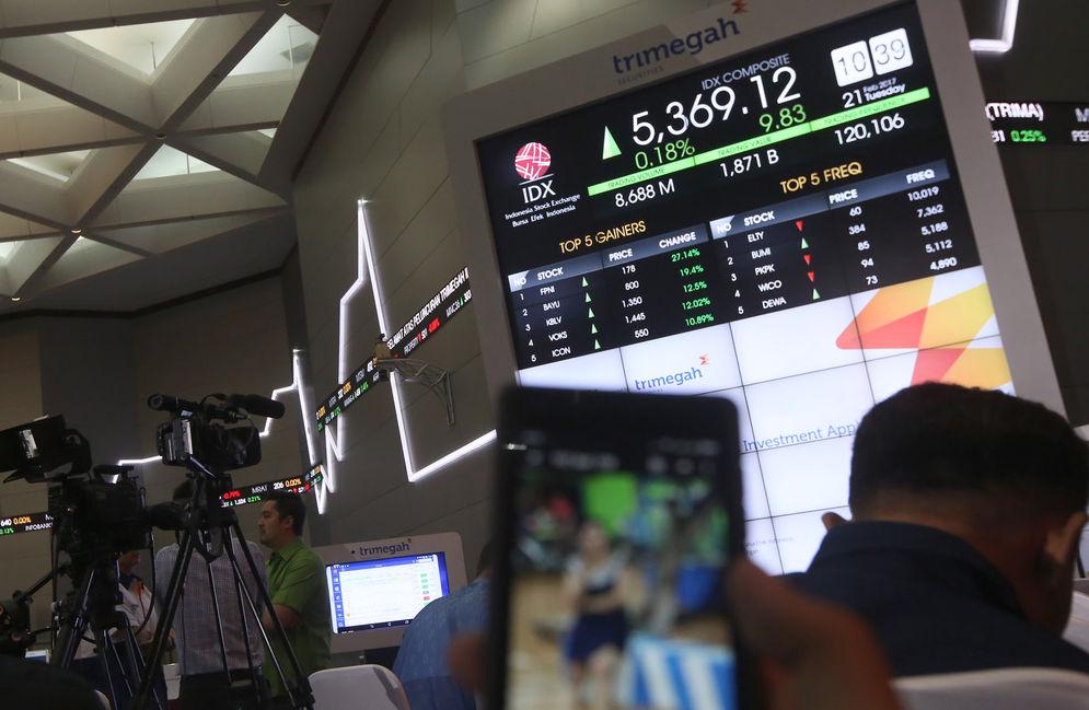 Pergerakan saham dari monitor di Gedung Bursa Efek Indonesia (BEI) Jakarta. Foto: Ismail Pohan/TrenAsia\n