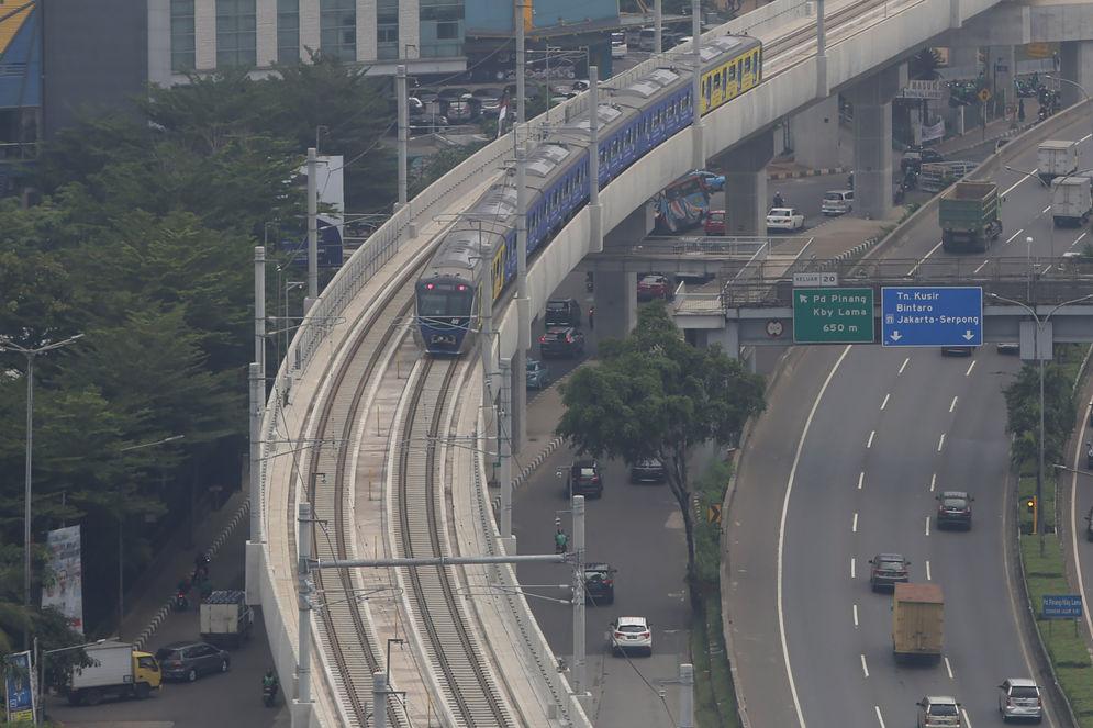 Kereta MRT melintas di jalur kawasan Lebak Bulus, Jakarta. Foto: Ismail Pohan/TrenAsia\n