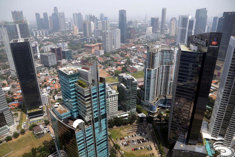 Lanskape gedung perkantoran dan hunian vertikal diambil dari kawasan Mega Kuningan, Jakarta. Foto: Ismail Pohan/TrenAsia\n