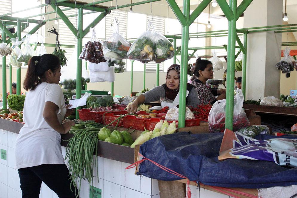 Pedagang menunggu pembeli di Pasar Pesanggrahan, Jakarta. Foto: Ismail Pohan/TrenAsia\n