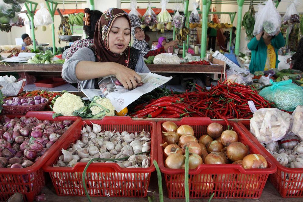 Pedagang menunggu pembeli di Pasar Pesanggrahan, Jakarta,  Foto: Ismail Pohan/TrenAsia\n