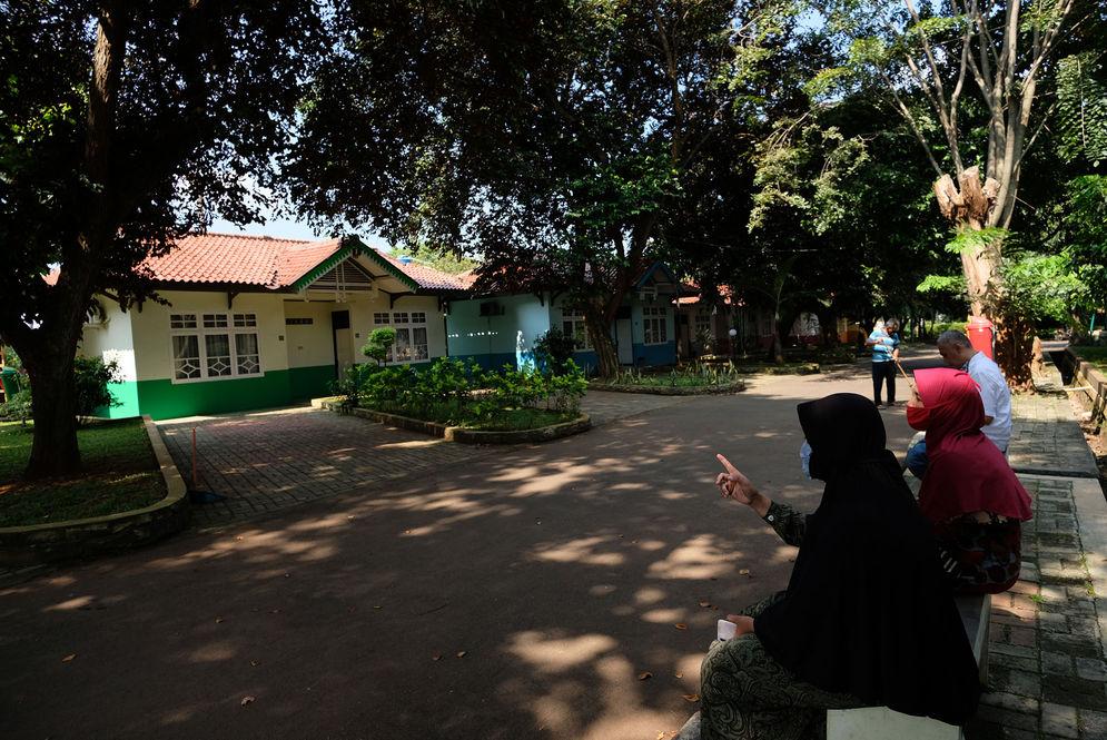 Kepala Sekolah SMKN 57, Eti Suyanti (kiri) dan karyawan menunjukkan sejumlah kamar yang akan dijadikan tempat tinggal sementara tenaga medis penanganan Covid-19 di SMK Negeri 57, Jakarta, Rabu (22/4/2020). SMKN 57 merupakan salah satu dari sejumlah sekolah yang rencananya oleh Pemprov DKI Jakarta dijadikan sebagai tempat tinggal sementara untuk tenaga medis dan kamar isolasi tambahan bagi pasien Covid-19. Foto: Ismail Pohan/TrenAsia\n